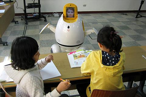 South Korean Students Learn English from Robot Teacher